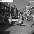 Feest in Huissen Meisje in klederdracht, Bestanddeelnr 912-6556.jpg