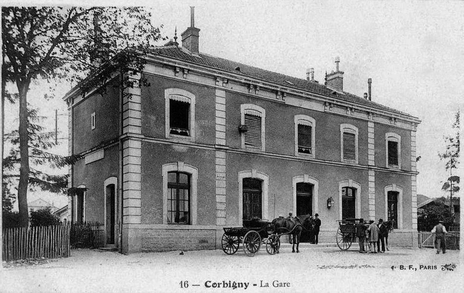 L'entrée du bâtiment voyageurs du PLM à la gare de Corbigny.
