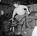 Glasblazers aan het werk in de fabriek, Bestanddeelnr 252-8902.jpg