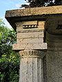 Grabmal Böcklin von Böcklinsau Kapiteldetail Links.jpg