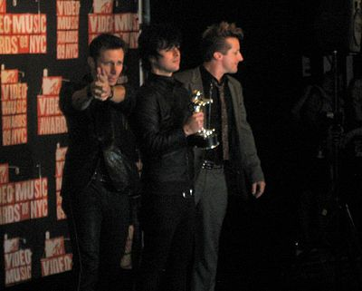 Green Day, a power trio, at 2009 MTV Video Music Awards. From left to right: Bassist Mike Dirnt, singer/guitarist Billie Joe Armstrong and drummer Tre Cool. Green Day at 2009 MTV VMA's.jpg