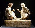 Grup de terracota de dues dones jugant a tabes, exposició La Bellesa del Cos, MARQ.JPG