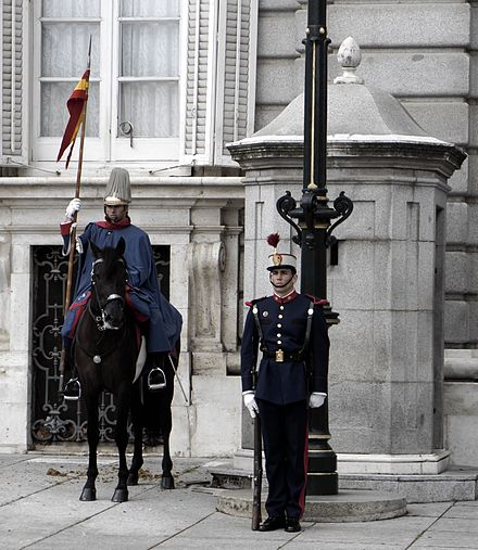 Royal Guards at the main entrance of the Palacio Real. Guardia-Real-Madrid.jpg