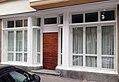 Haus Steffenstraße 32, Düsseldorf-Oberkassel, Eingang zum ehemaligen Ladenlokal mit gebogene Glasfenstern.jpg