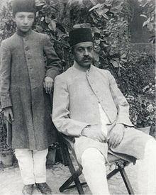 عکس صادق هدایت کنار  پدرش