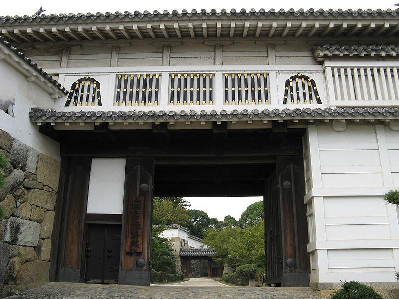 800px-himeji_castle-hishi-no-mon