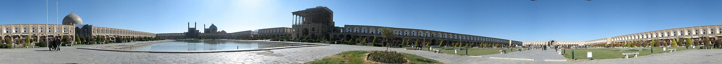 תצלום פנורמי של מיידאן-אה אמאם באספהאן המהווה דוגמה מרהיבה לאדריכלות פרסית (לצפייה הזיזו עם העכבר את סרגל הגלילה בתחתית התמונה)