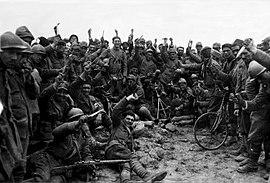 1918 grupfoto de Arditi-trupoj montrantaj ponardojn kaj nigrajn uniformojn