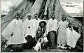 JRD - Bissau – Mutar, nosso auxiliar com as suas mulheres.jpg
