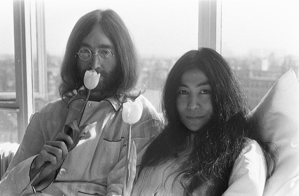 John Lennon en zijn echtgenote Yoko Ono op huwelijksreis in Amsterdam hielden pe, Bestanddeelnr 922-2301