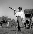 """Jurgalič Jože, Groblje 26 """"pastir"""" (67 let), nekdaj črednik, trobi na kravji rog 1952.jpg"""