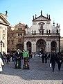 Křižovnické náměstí, turisté na segwayích a Klementinum s kostelem Nejsvětějšího Salvátora.jpg