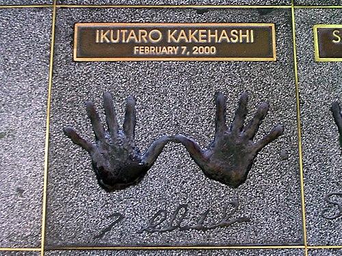 「Hollywood's RockWalk」(ハリウッド・ロック・ウォーク)に掲げられている梯郁太郎の手形 Wikipediaより