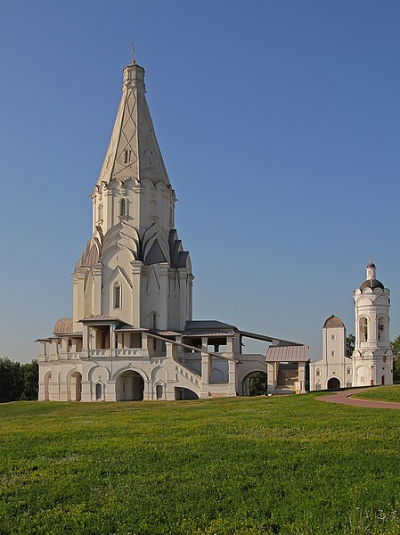 پرونده:Kolomenskoe Ascension Church and the bell tower of the George Church.jpg