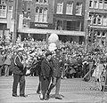 Koningin Juliana en prins Bernhard hebben een krans gelegd bij het Nationaal Mon, Bestanddeelnr 917-7266.jpg