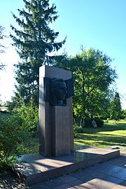 Kremenchuk Makarenka Str. 44 Monument of Teacher and Writer A.Makarenko 01 (YDS 8229).jpg
