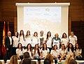 La alcaldesa, con las campeonas de hockey del Club de Campo Villa de Madrid (01).jpg