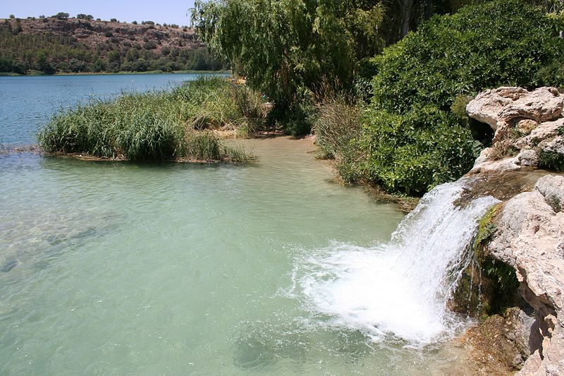 Salto de agua en la laguna de Santos Morcillo, procedente del desbordamiento de la laguna Salvadora