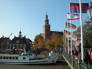 Leer: Alte Waage links, Rathausturm im Zentrum, Brücke (rechts)
