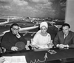 Liz Taylor en Richard Burton tijdens persconferentie op Schiphol. Regisseur Mart, Bestanddeelnr 917-6936.jpg