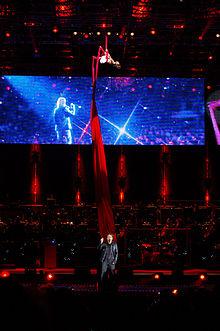 Ligabue all'Arena di Verona mentre canta Piccola stella senza cielo con la coreografia di Elena Burani, in alto, come nei concerti di ElleSette