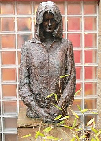 Maggie's Centres - Statue of Maggie Jencks at Maggie's Centre in Edinburgh