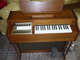 Chord organ - Image: Magnus 890 electric chord organ