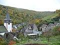 """Manubach - Fachwerkhäuser """"Auf der Schadenbach"""" und ev. Kirche St. Oswald - 8. Okt. 08 - panoramio.jpg"""