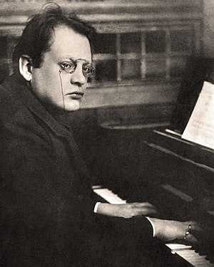 Max Reger playing piano (cropped).jpg