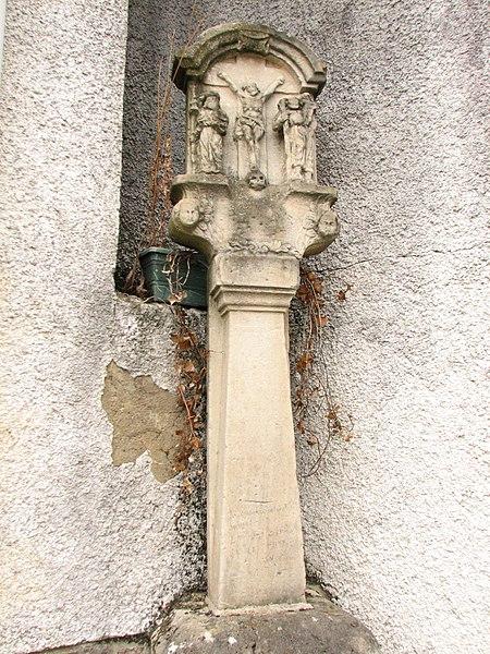 Calvaire adossé à l'extrémité droite du mur de la salle Concordia à Messancy