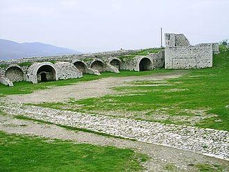 White Mosque, Berat - Image: Nadvori vnitrniho hradu v Beratu