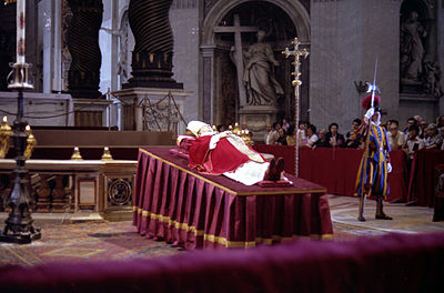 Paul VI's body in the Vatican, after his death. Negativos 2934.jpg