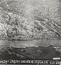 Opname van een verkenningsvliegtuig van de ravage rond de door de Duitsers opgeblazen brug in Arnhem.jpg