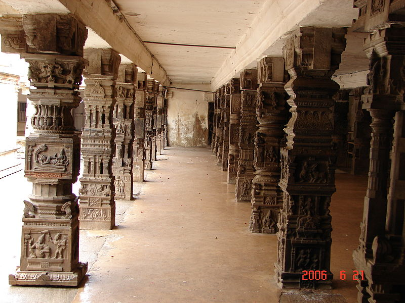 File:Ornate pillars in a mantapa in the Cheluvarayaswamy temple at Melukote.jpg