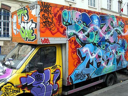 Un camion «graffé», à Paris.