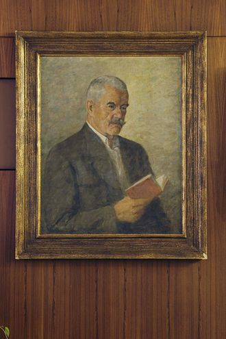 Petr Bezruč - Image: Památník Petra Bezruče interiér, portrét básníka