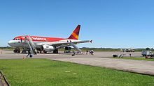 Pátio do aeroporto com A318 Avianca
