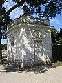 Pavillon droit du château de Bagatelle.jpg