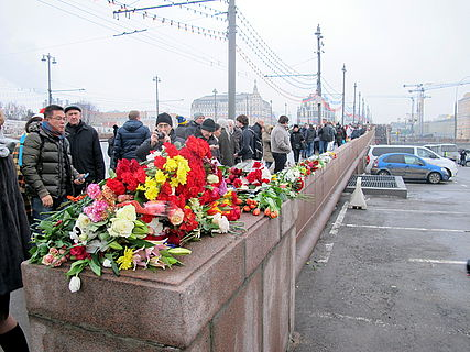 People came to the side of Boris Nemtsov's murder (2015-02-28; 38).JPG