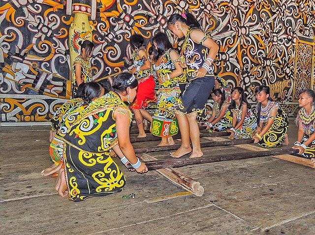 File Permainan Tradisional Lompat Tongkat Atau Tari Tongkat Jpg Wikimedia Commons