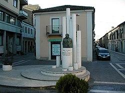 Monumento dedicato ad Ennio Flaiano all'ingresso del centro storico di Pescara