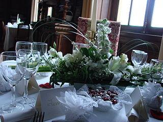 file petite table dans grande salle manger jpg wikimedia commons. Black Bedroom Furniture Sets. Home Design Ideas