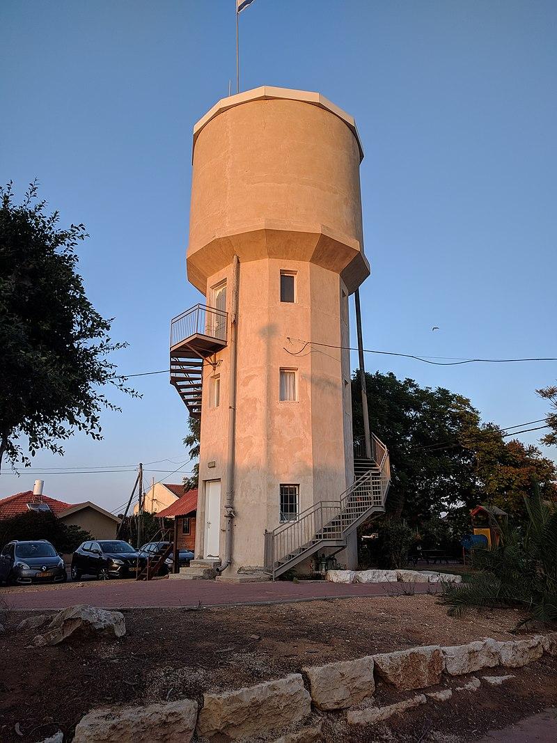 """מגדל המים בכפר הרא""""ה"""
