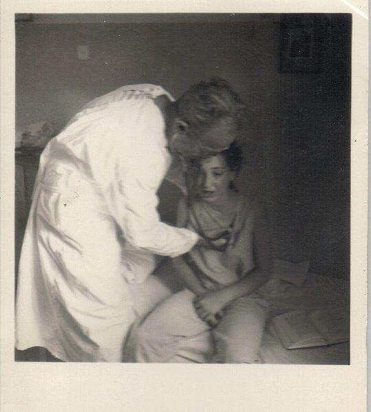 """ד""""ר קפלן בודק ילדה"""