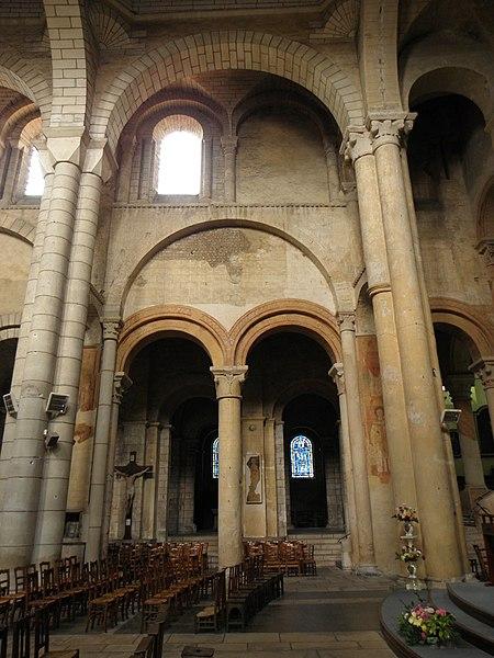 Vue traversante de la nef, du collatéral nord et de l'espace sous le clocher de l'église Saint-Hilaire-le-Grand à Poitiers (86).