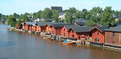 Timmermagasinen i Borgå, domkyrkans tak syns över träden