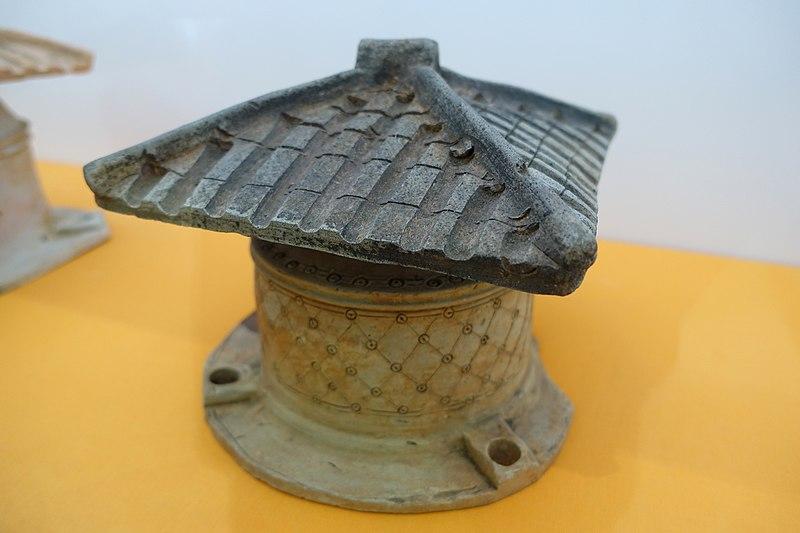 File:Pottery well with circular base and square plinths, Eastern Han, from Chongkou, east of Yungai Shan, Wuzhou City - Hong Kong Museum of History - DSC01046.JPG