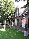foto van Het Smitshuis: groot herenhuis, met pannen belegd dwars zadeldak tussen zijtopgevels