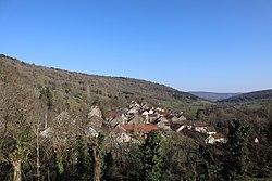 Remilly-en-Montagne (21) Le village vu de l'église.jpg