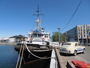 SS Admiral and Pobeda GAZ-M20 in Tallinn 29 May 2012.JPG